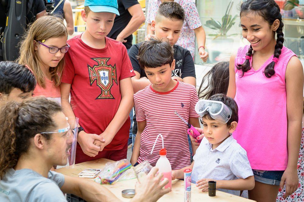 Kinder beobachten ein CO2-Experiment