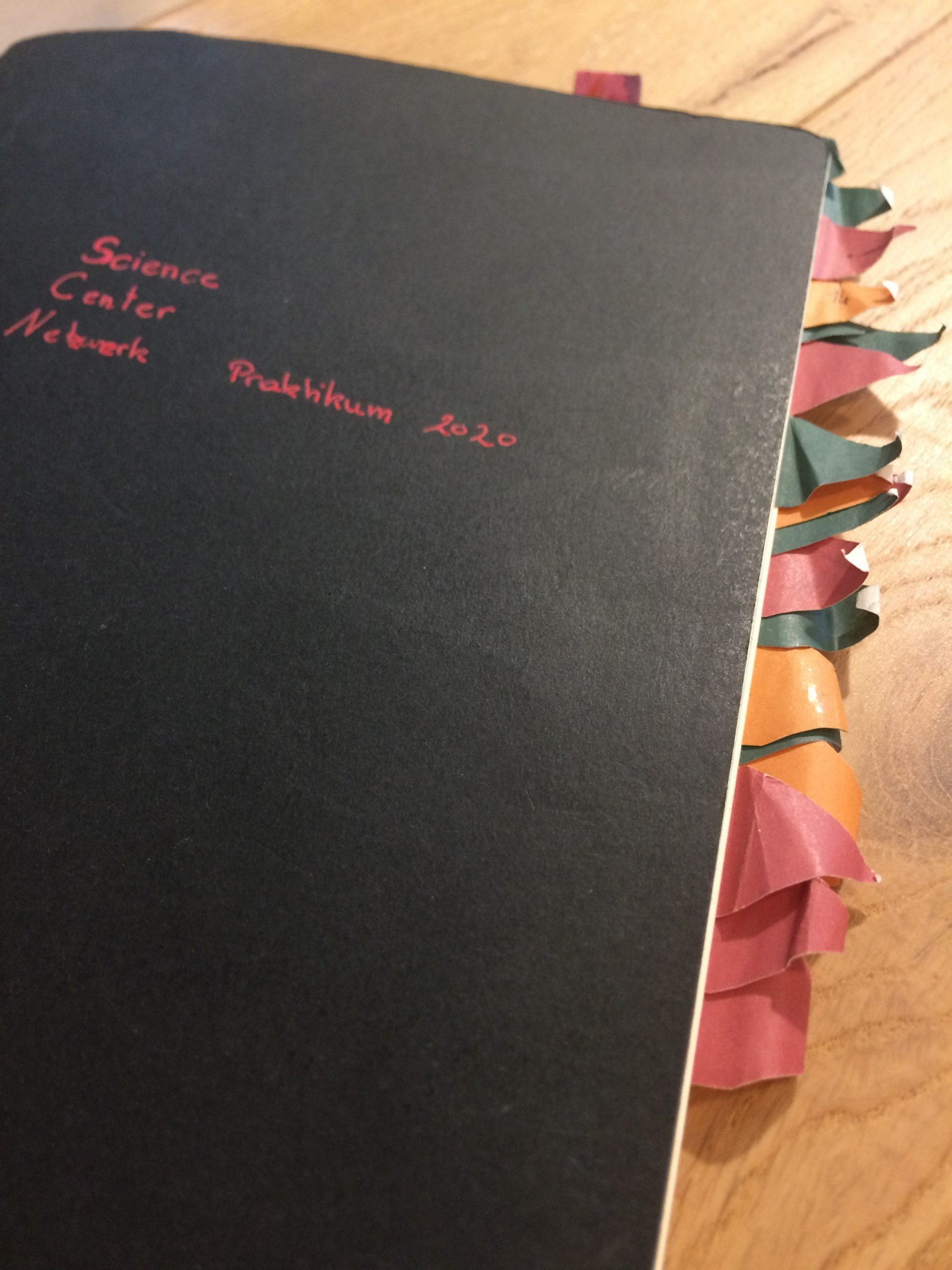 Notizbuch mit Post-its